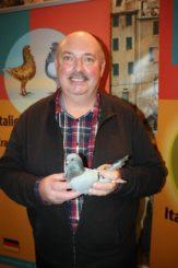 Der stolze Gewinner des goldenen Siegerrings 2015 auf Italienische Mövchen, blau mit schwarzen Binden (Foto: Dr. Uwe Oehm)