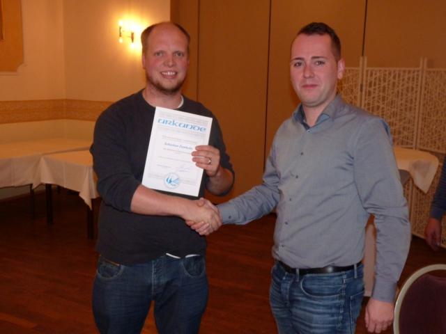 Sebastian Zumholte erhält Silberne Ehrennadel des VDTs.