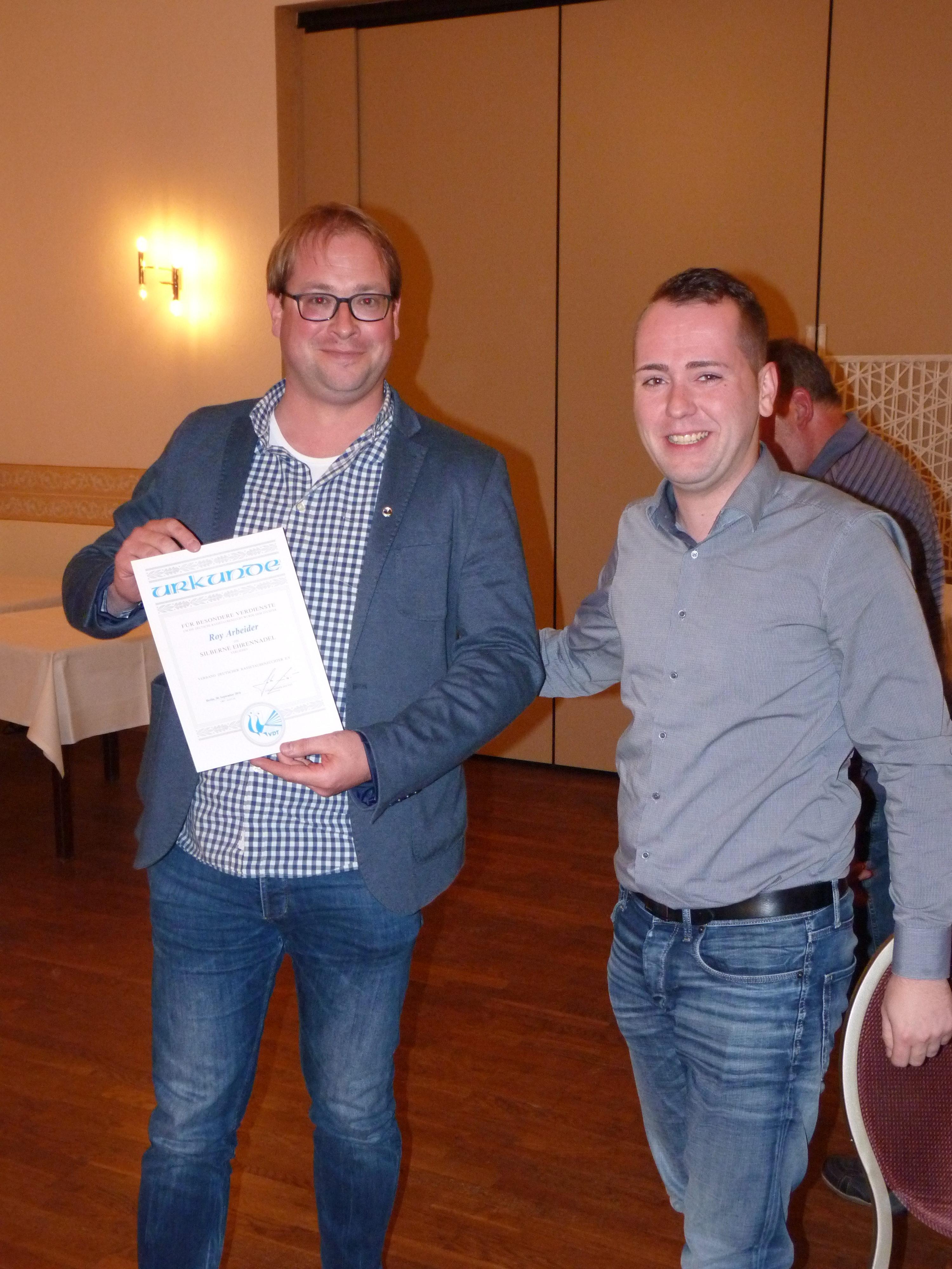 Roy Arbeider erhält Silberne Ehrennadel.