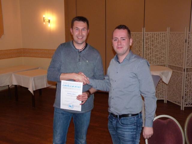 Matthias Albert erhält Silberne Ehrennadel des VDTs.